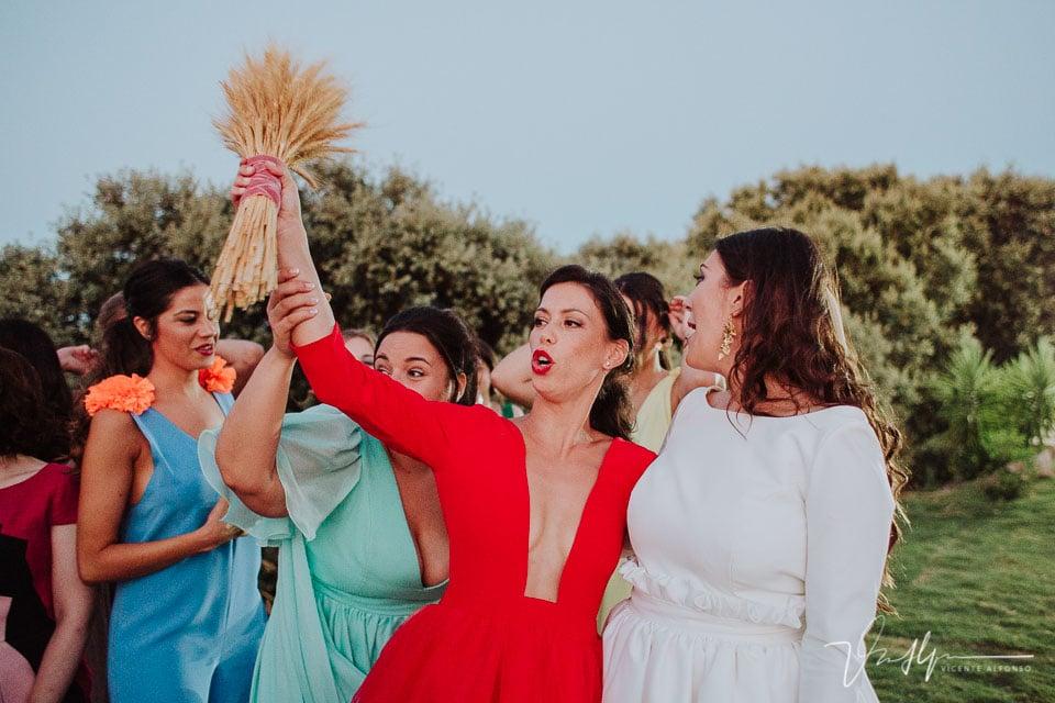 Amiga celebrando el ramo de novia