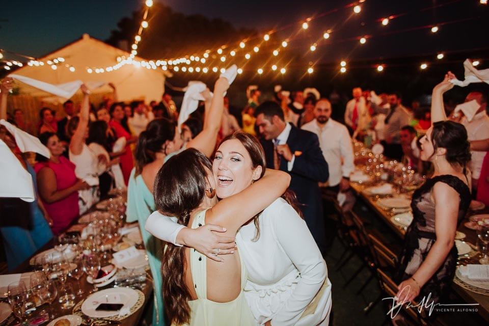 Novia feliz abrazando a su amiga