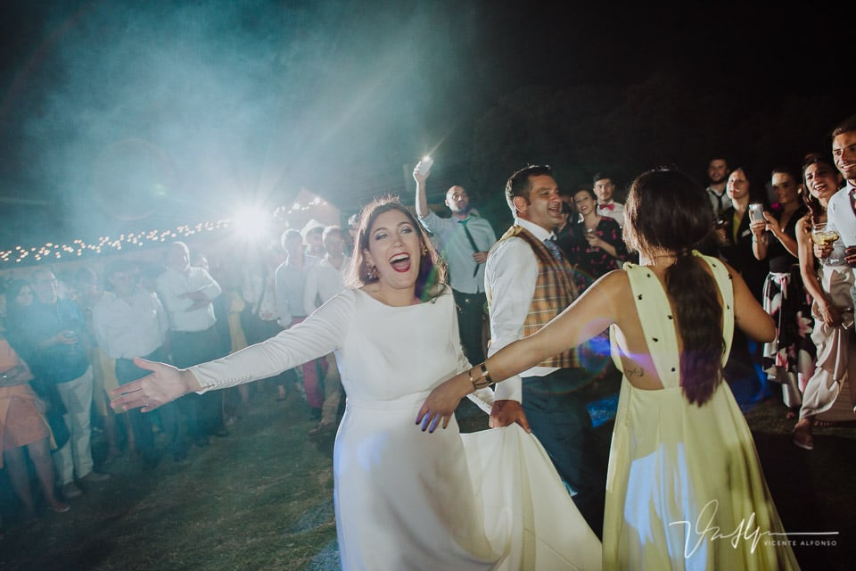 Novios de fiesta en su reportaje de bodas