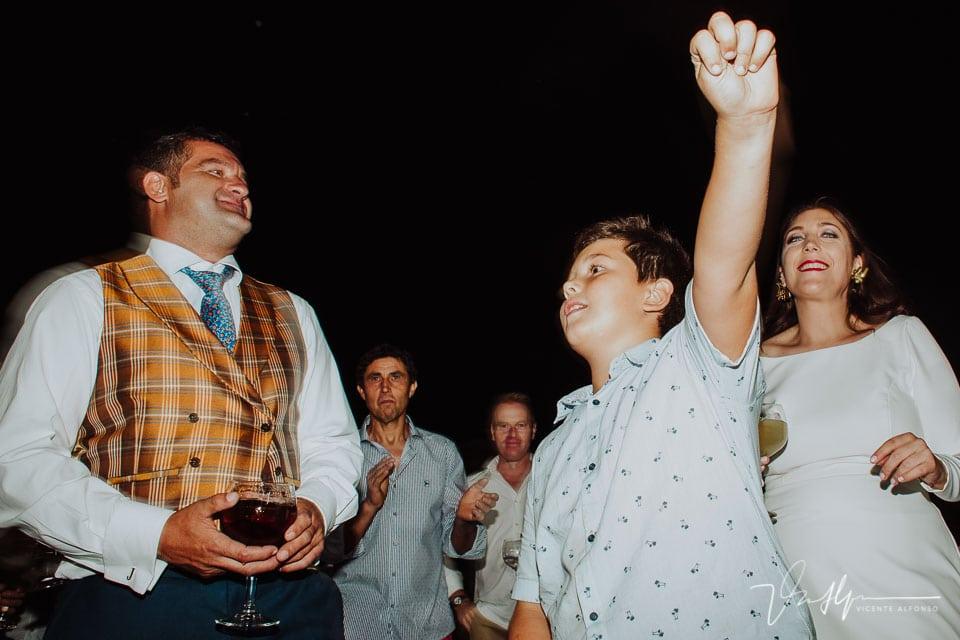Momento de fiesta en la boda en la barra libre 7