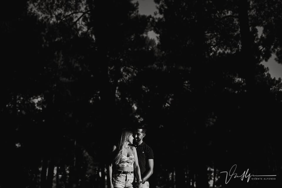 Luces y sombras en el campo con una pareja