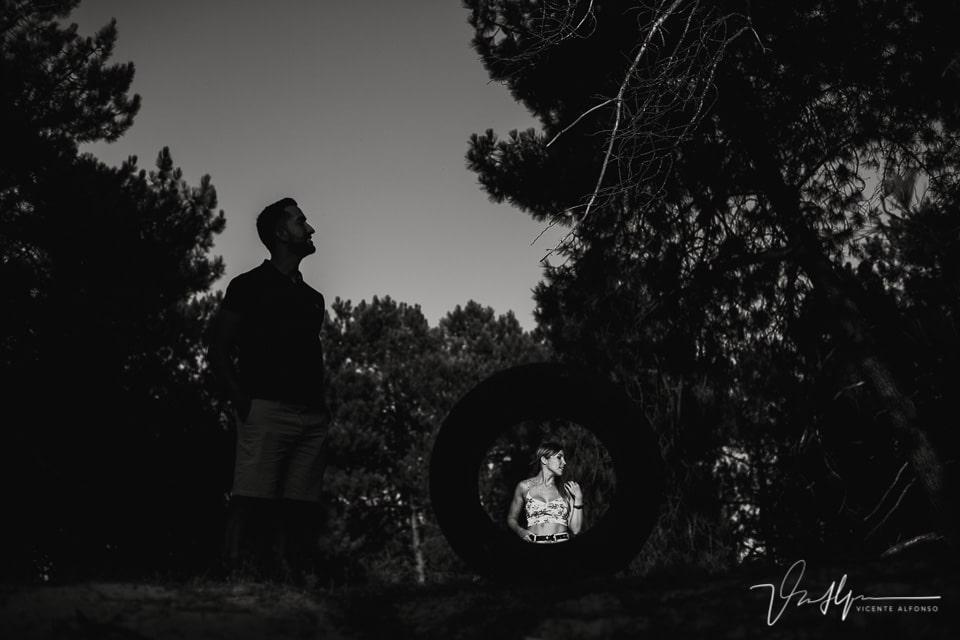 Juego de luces y sombras con una pareja en el campo