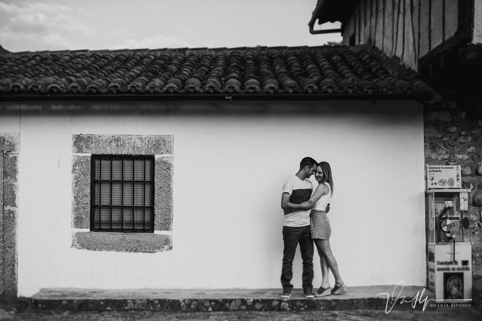Pareja abrazada en una casa junto a Chilla