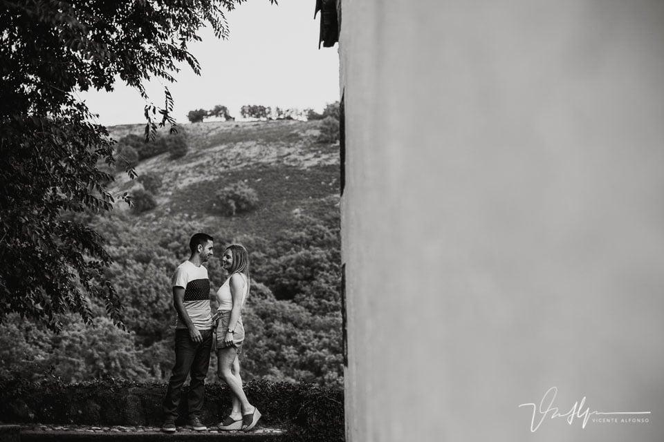 Pareja mirándose junto a la iglesia de Chilla