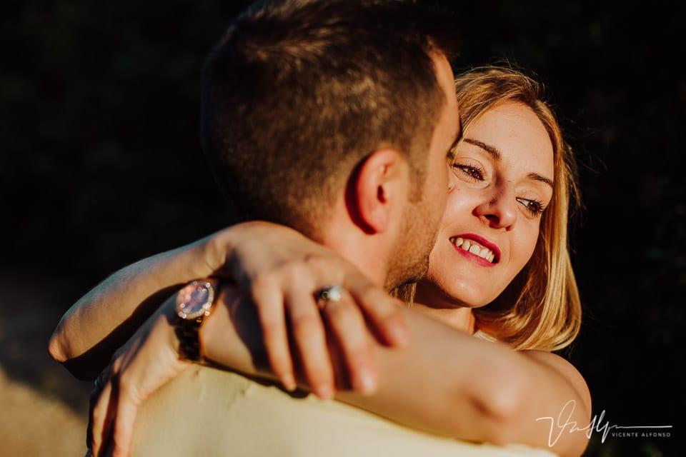 Retrato muy cerrado de pareja abrazándose