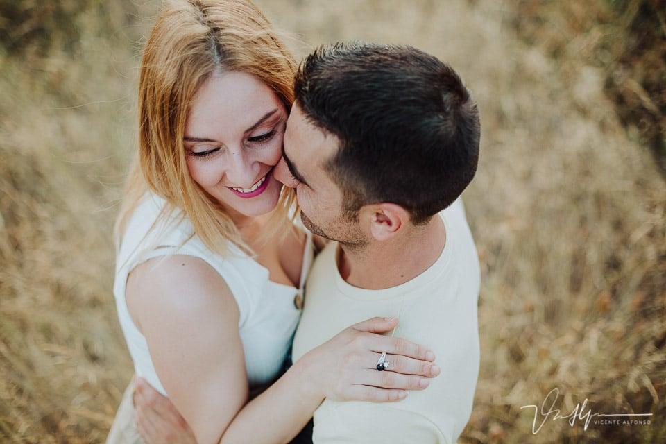 Retrato muy cerrado de pareja abrazándose 04