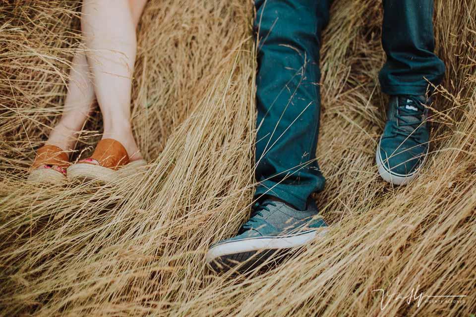 Los pies de una pareja tumbada en un pajar