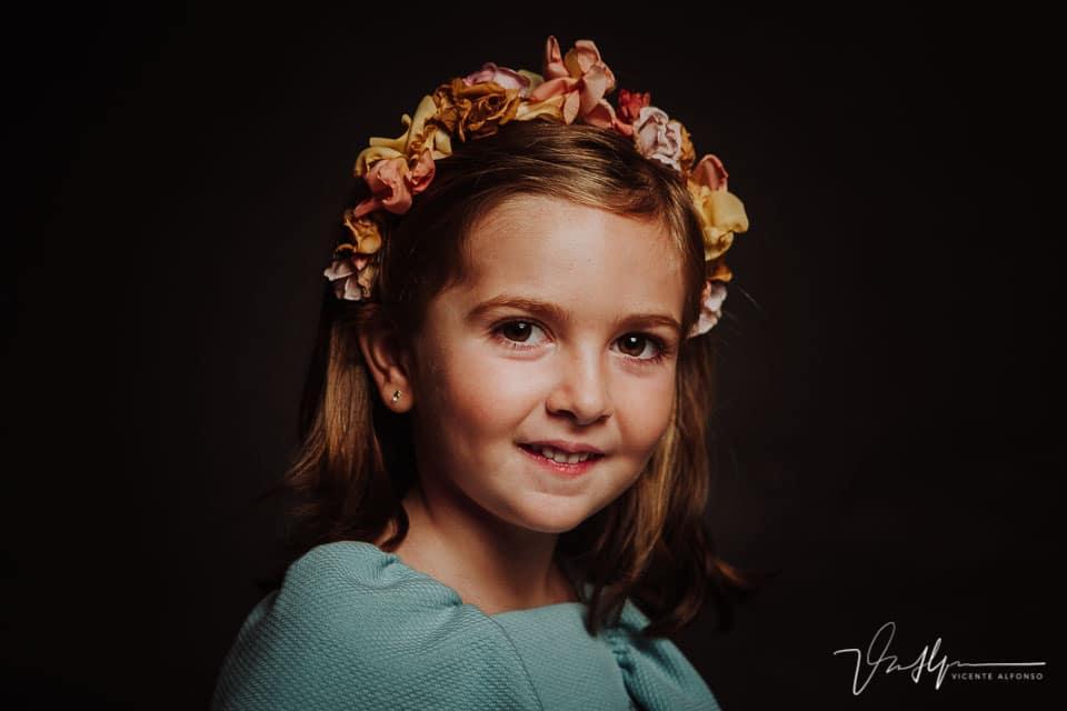 Precioso retrato de niña en estudio con fondo oscuro