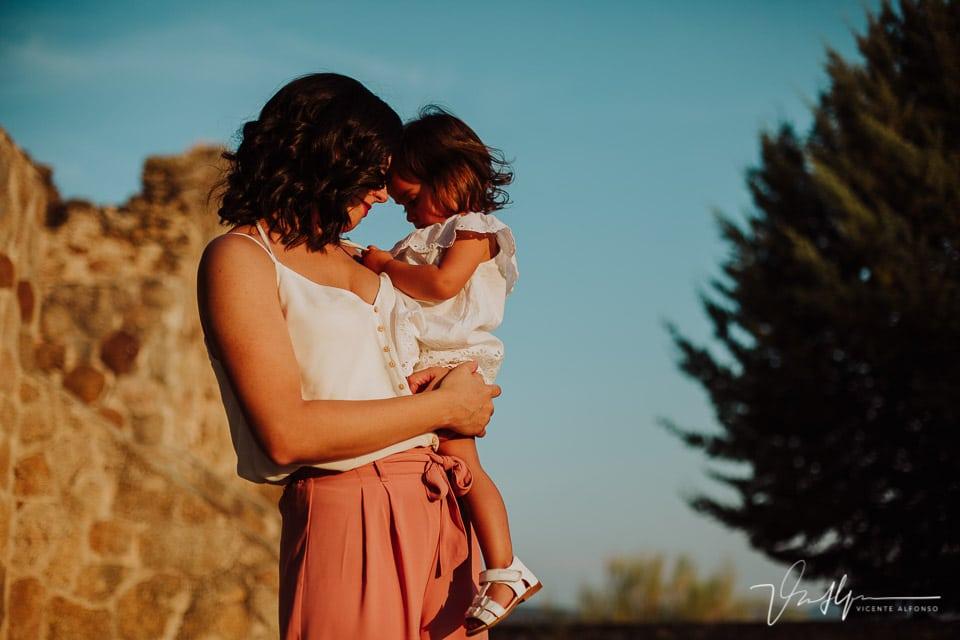 madre con su hija fundidas en un abrazo