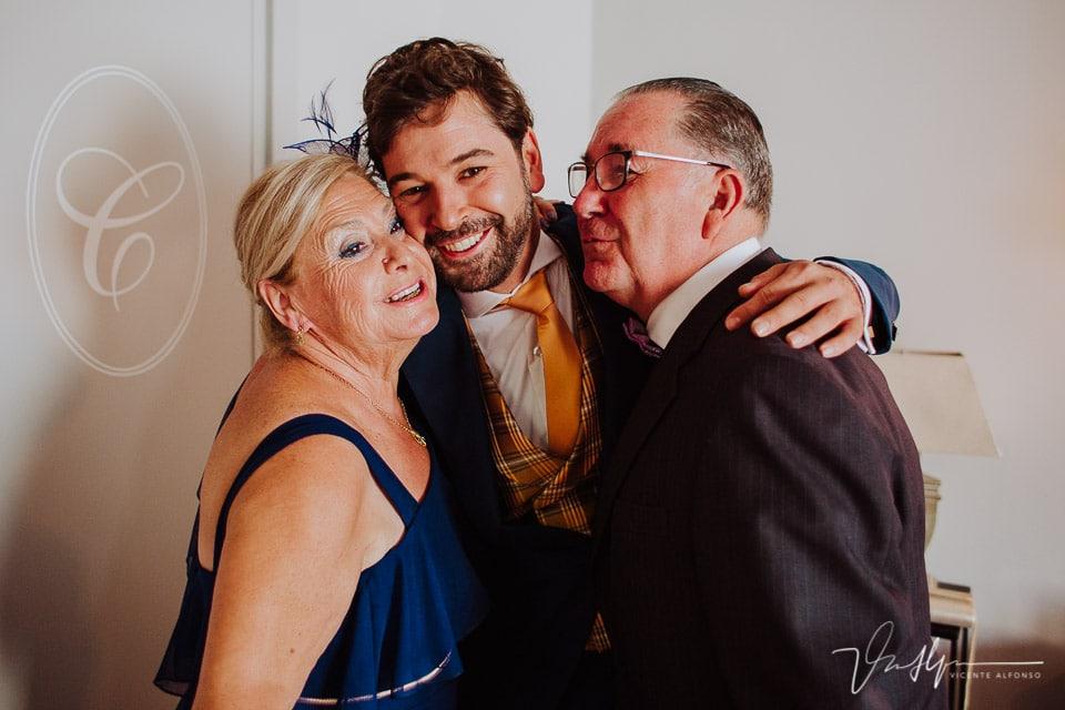 Abrazo del novio con sus padres