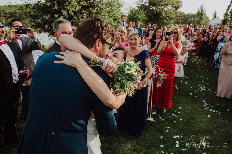 Abrazo novio y novia al llegar al altar