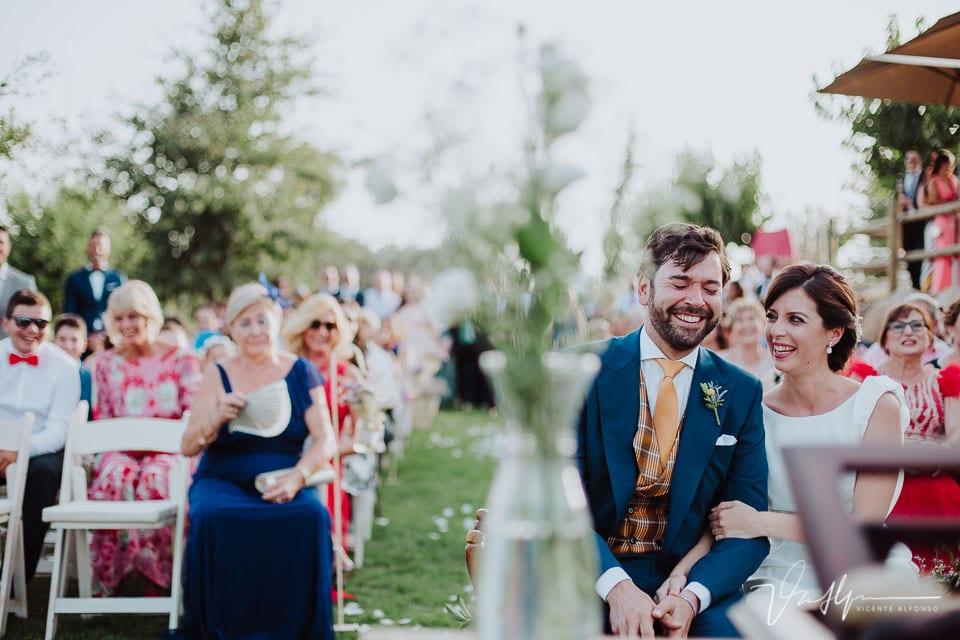 Novios riéndose en la ceremonia