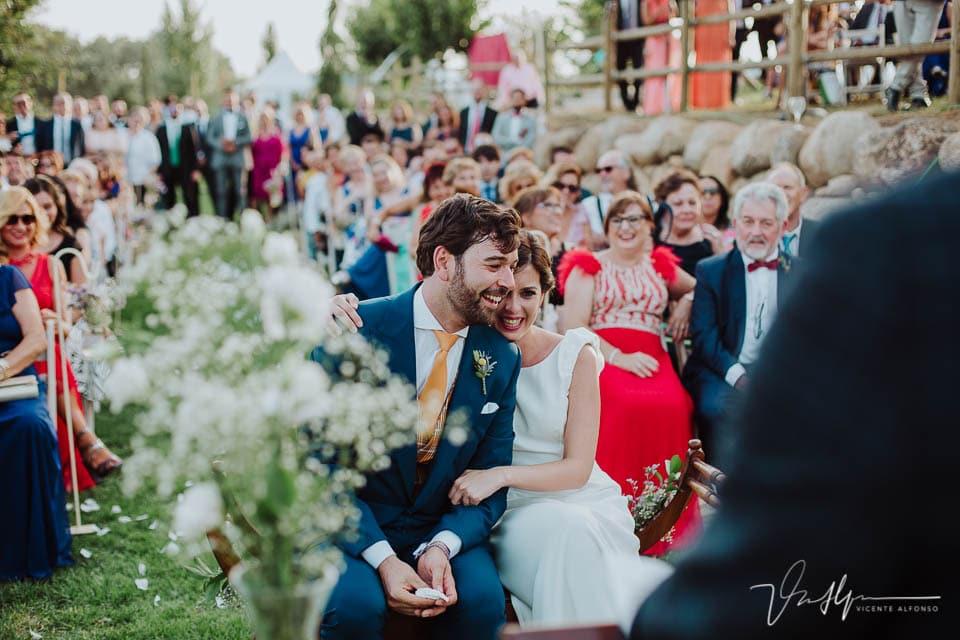 Novios abrazados en la ceremonia