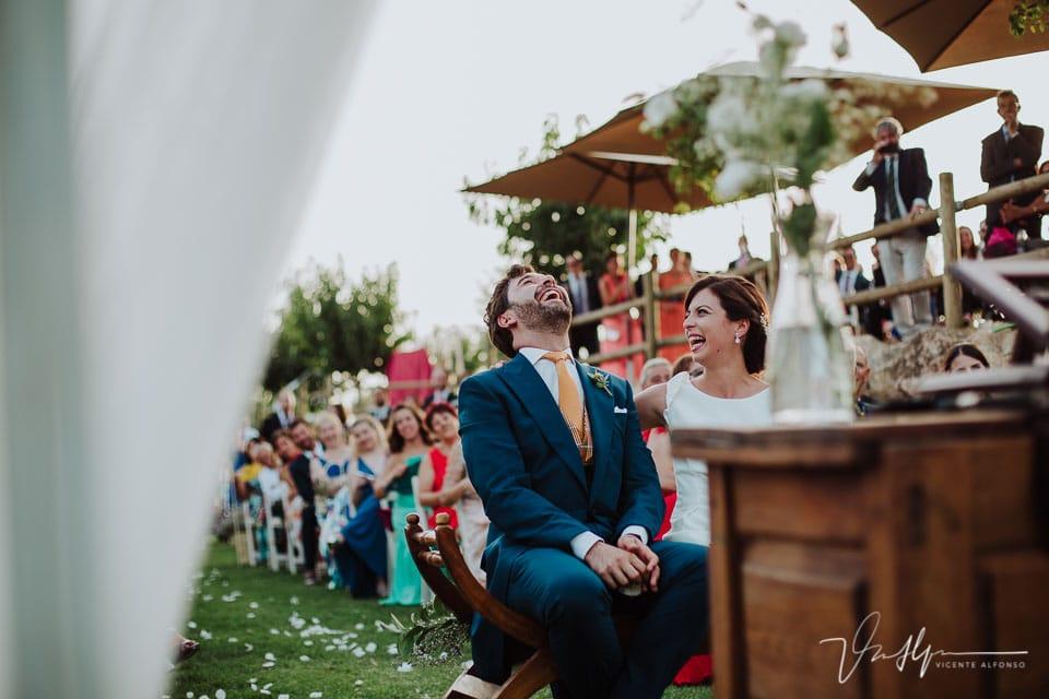 Novio riéndose en la ceremonia civil