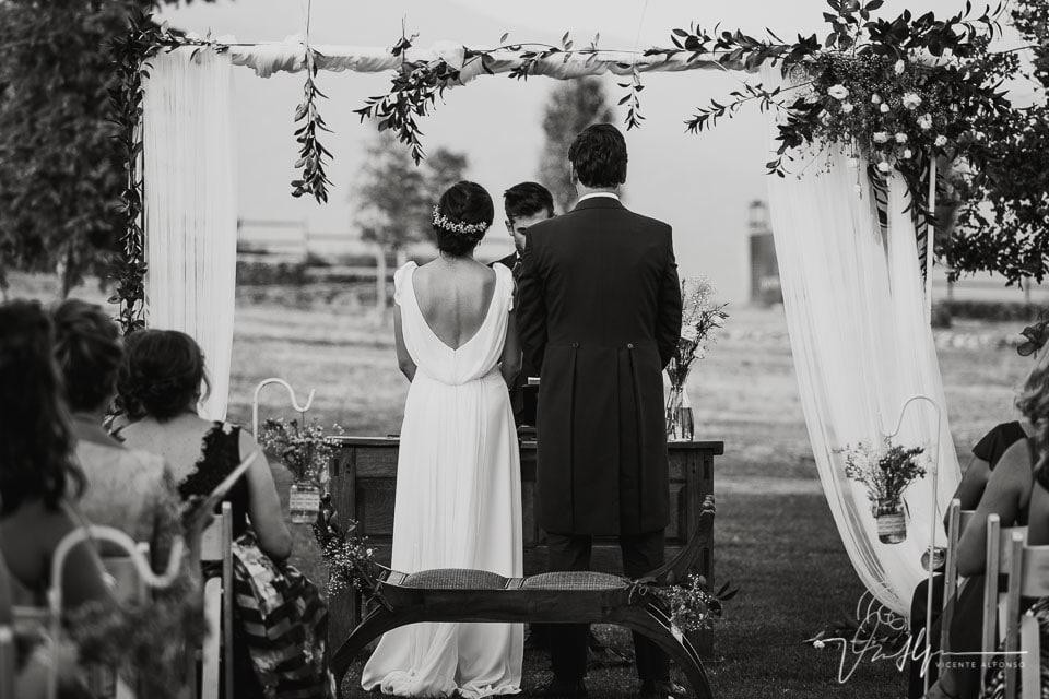Vista trasera de los novios en la ceremonia de la Quinta de la Cerca