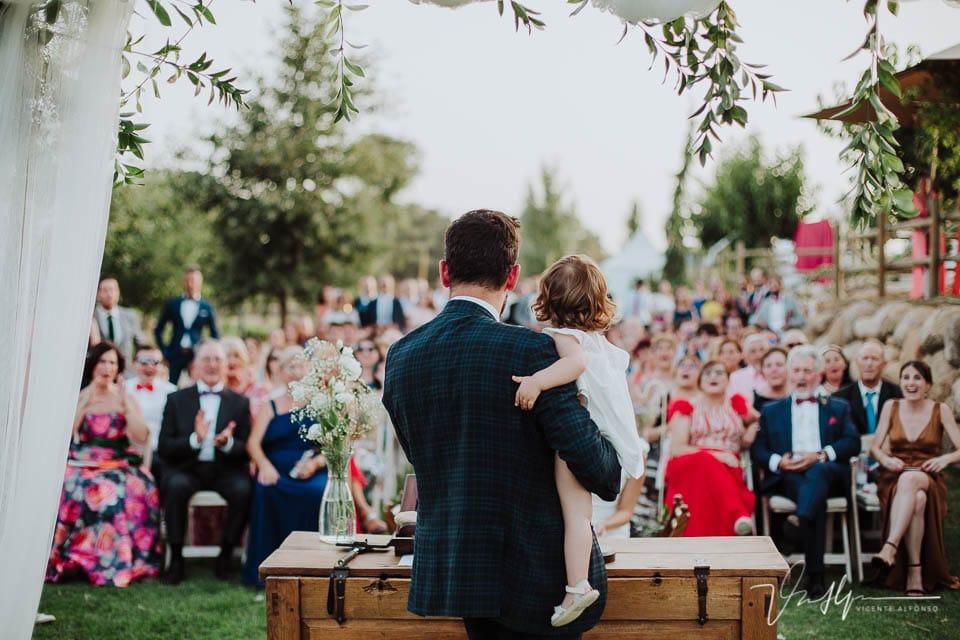 Momento del acto de ceremonia con la hija en brazos