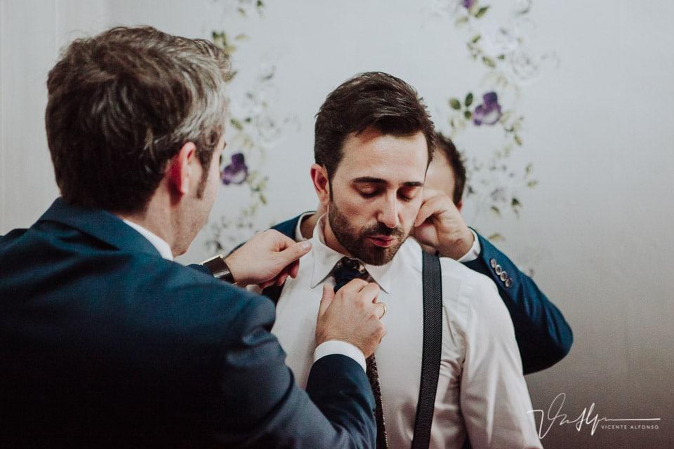 Colocando la corbata del novio