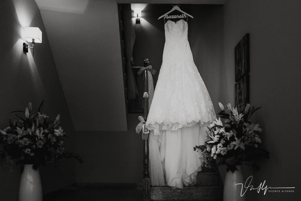Vestido de la novia colgando en las escaleras