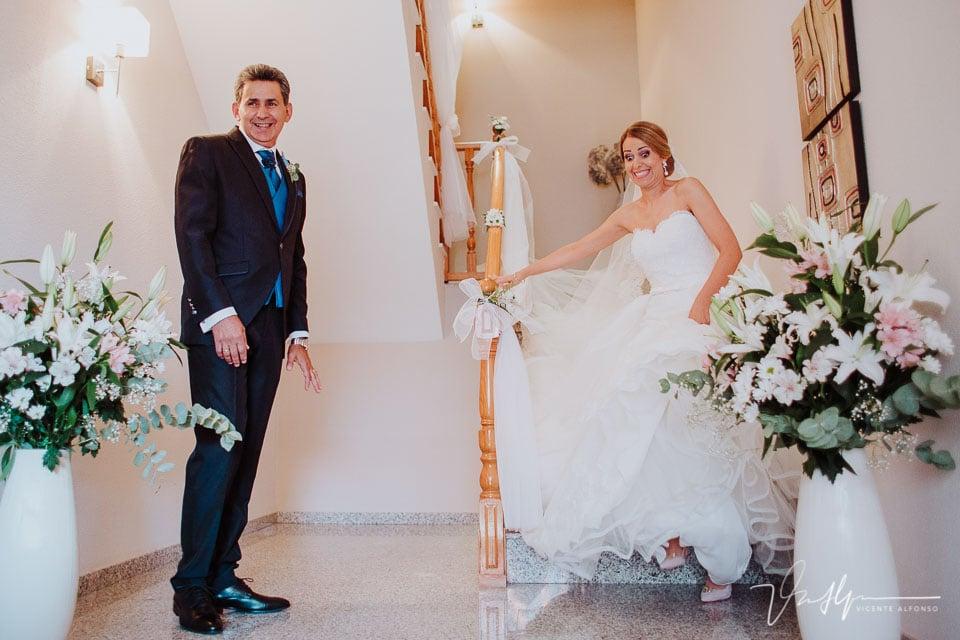 La novia se da un tropezón bajando las escaleras