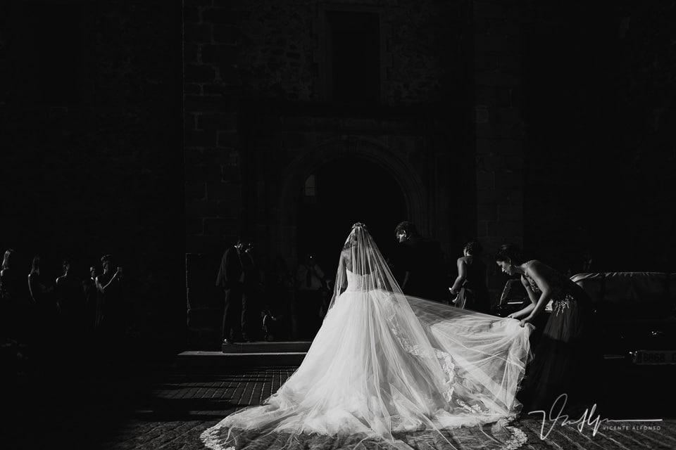 Espectacular vestido de la novia a su llegada a la iglesia en Talayuela