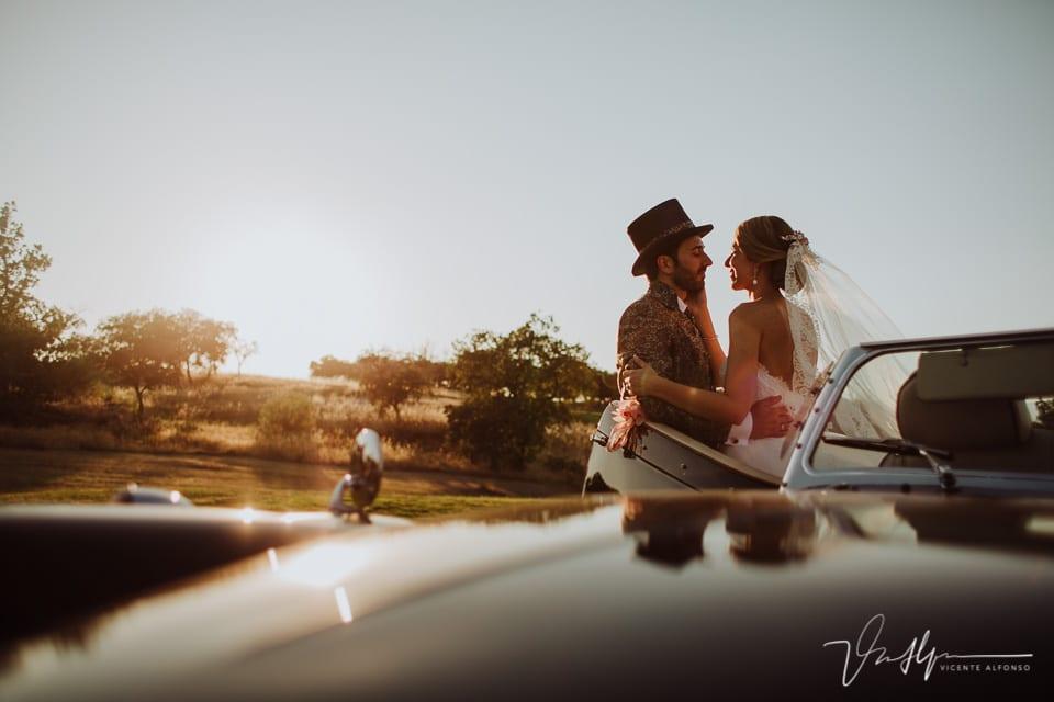 Novios abrazados reportaje de boda en el Hotel Golf