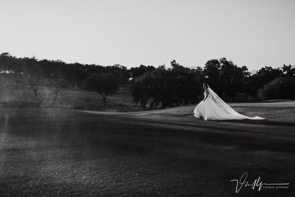 Detalle vestido de novia andando por el campo de Golf de Talayuela