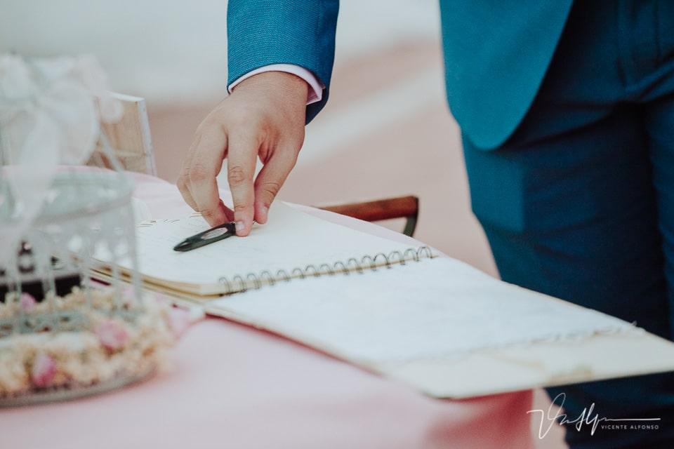 Detalle libro de firmas de la boda