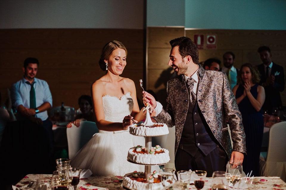 Novio comiendo la tarta con cuchara en el hotel Golf Talayuela