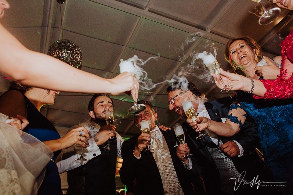 Brindis en el baile de boda con humo