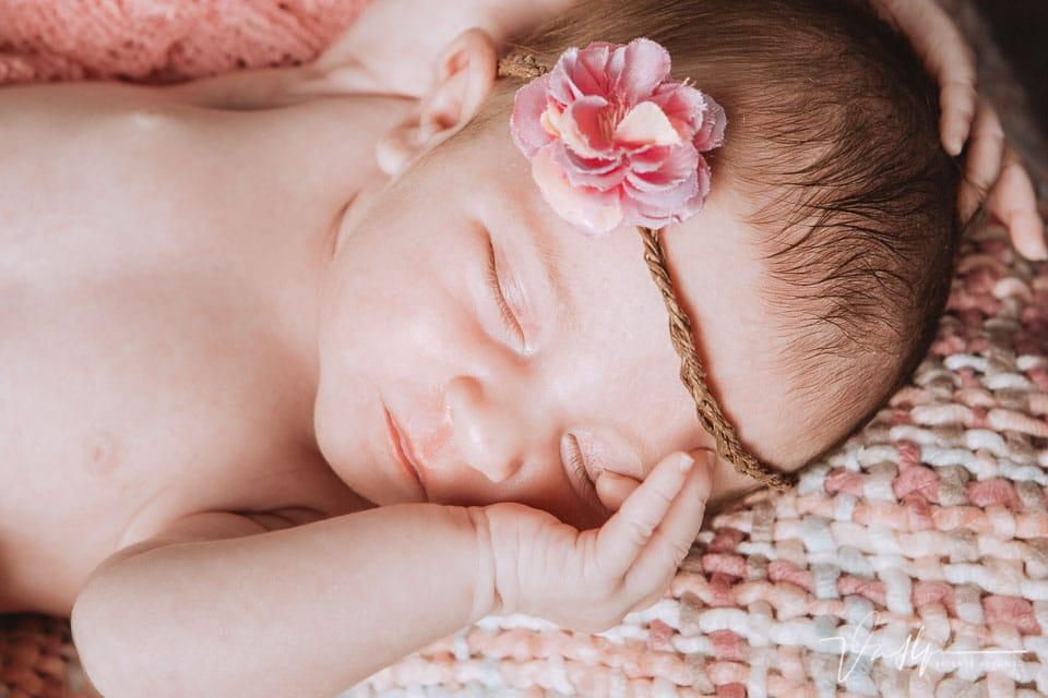 cara de un bebé de 20 días en estudio