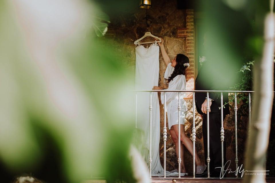 La novia en una finca en el Raso cogiendo el vestido de Pronovias