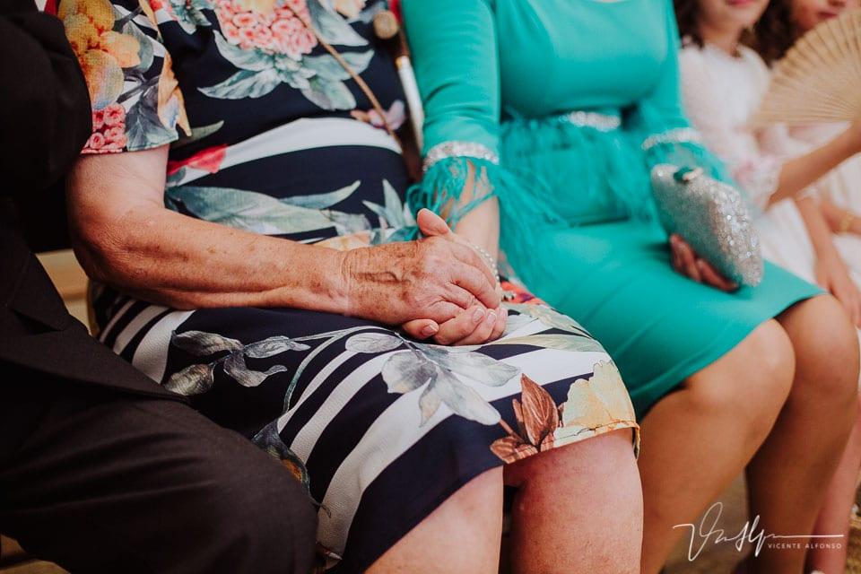 Madre e hija dándose la mano en la iglesia de Chilla