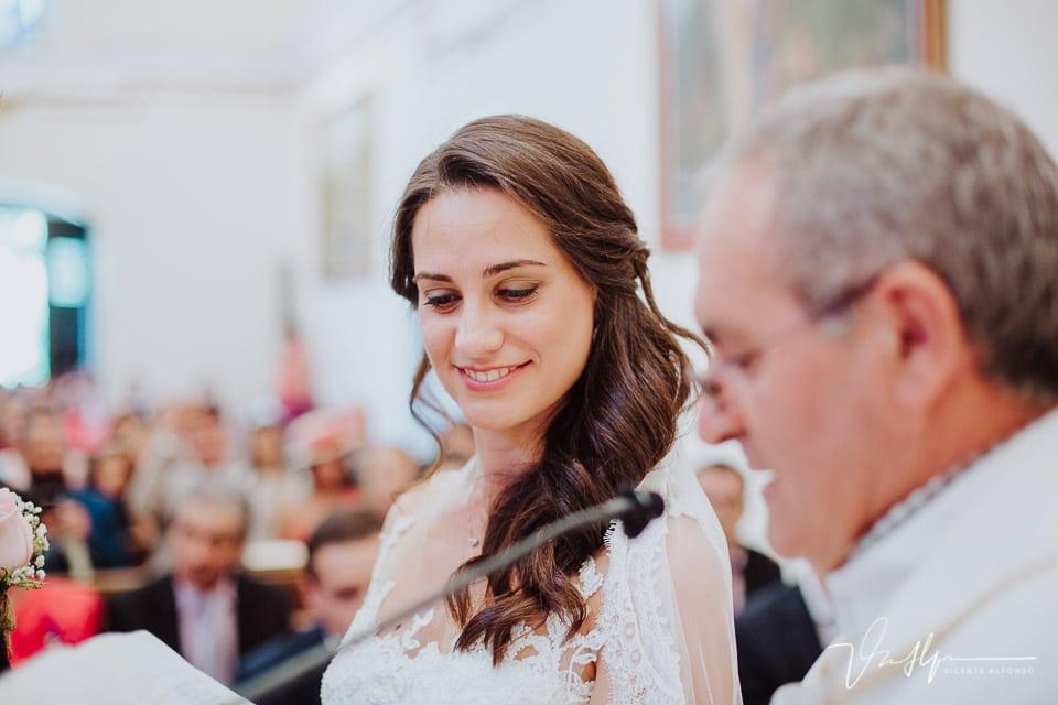 Novia pendiente de los anillos en la Iglesia de Chilla en Candeleda