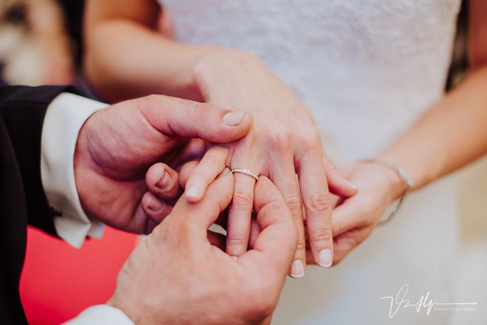 Novios dándose los anillos en la Iglesia de Chilla en Candeleda