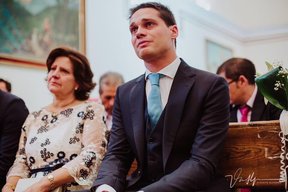 Hermano de la novia llorando dentro de la iglesia de Chilla en Candeleda