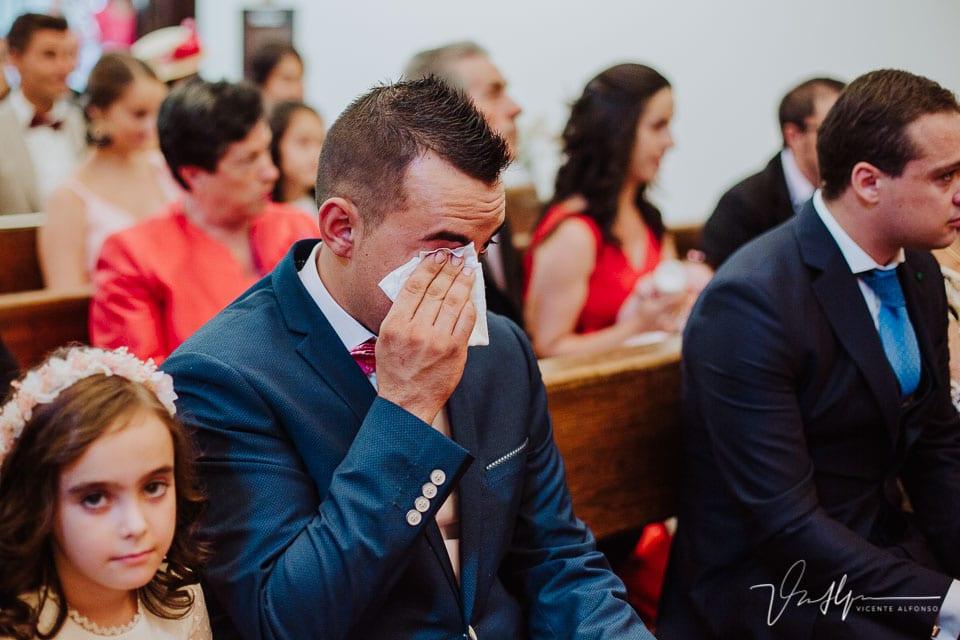 Hermano del novio llorando en la iglesia de Chilla