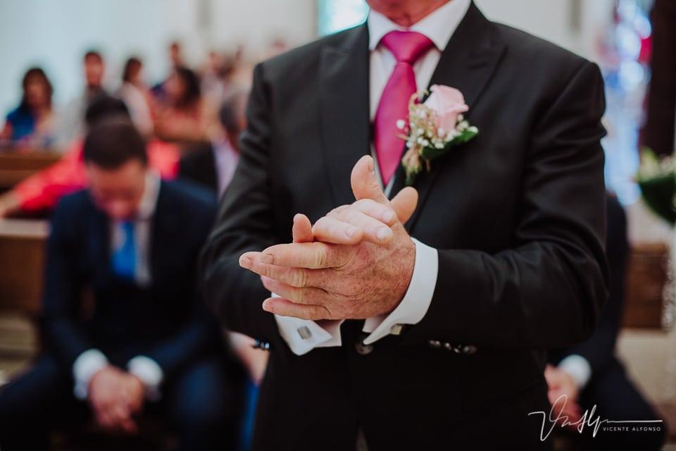 Padre de la novia aplaudiendo en la boda en la Iglesia de Chilla en Candeleda