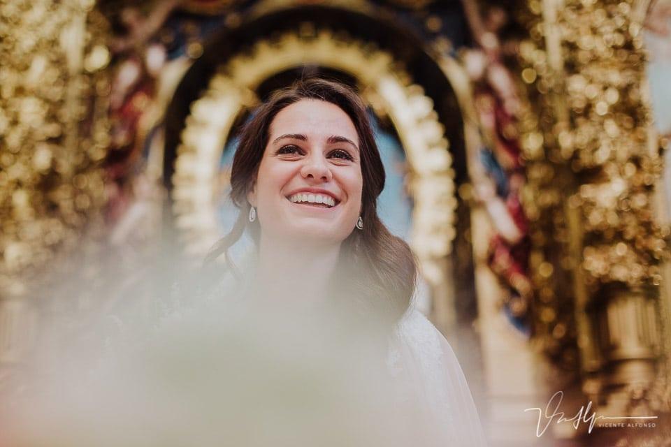 Novia en la Iglesia de Chilla en Candeleda con el aro de la Virgen
