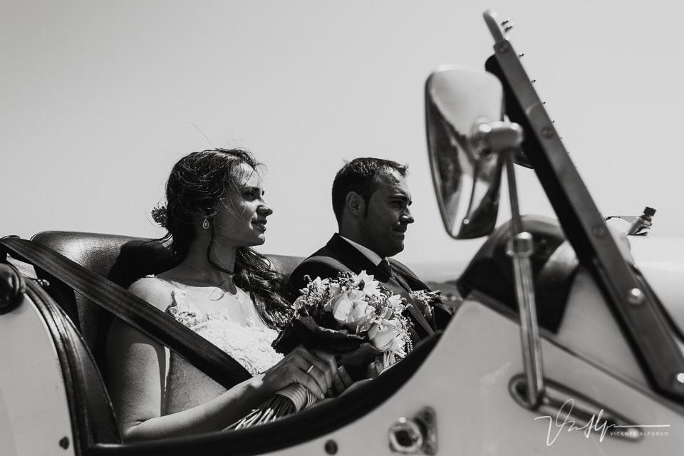 Reportaje de boda con coche clásico entre las montañas del Raso 02