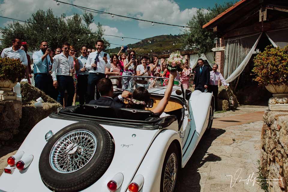Novios llegando en un coche Morgan al Mirador de Gredos en el Raso