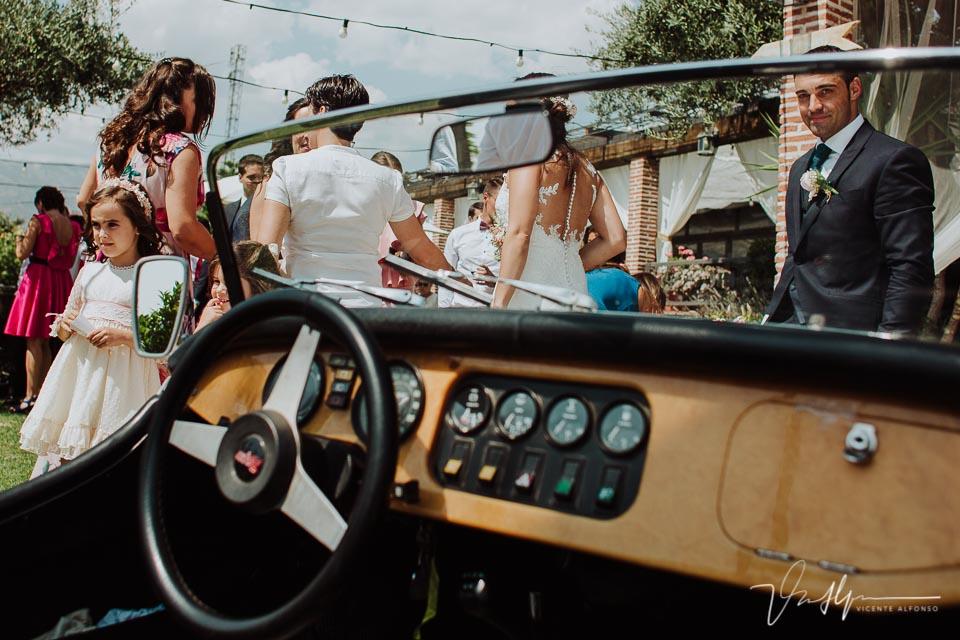 Novios llegando en un coche Morgan al Mirador de Gredos en el Raso 03