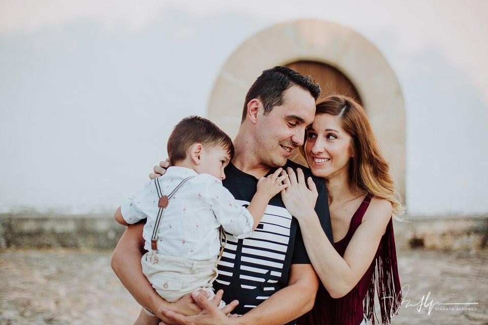 Padre y madre abrazando a su hijo