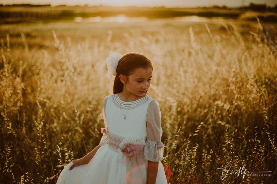 Retrato niña vestida de comunión en el campo