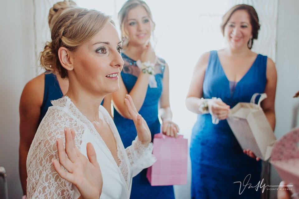 Novia hablando con las amigas antes de vestirse