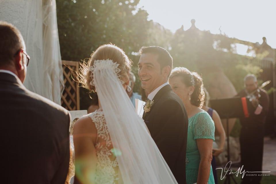 Novio sonriendo a la novia en la ceremonia civil en Los Aperos