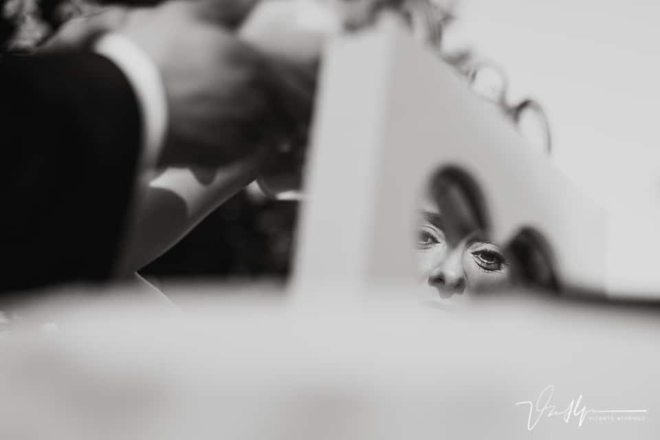 Mirada de la novia a través de un corazón
