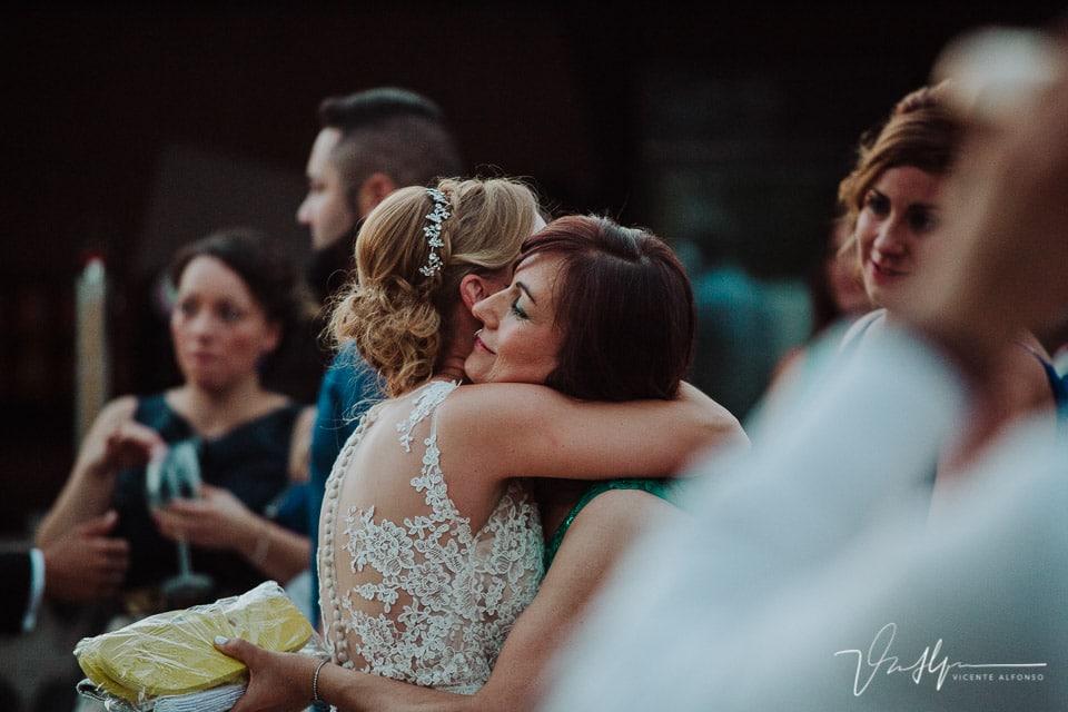 Abrazo de la novia y su tía en Navalmoral