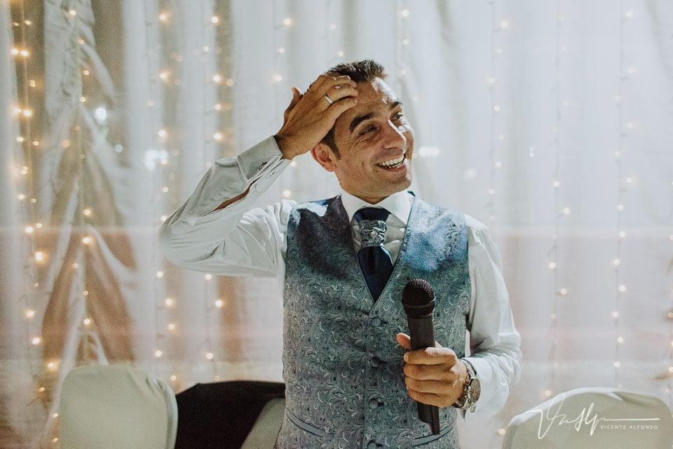 Novio con el micrófono sin saber que decir