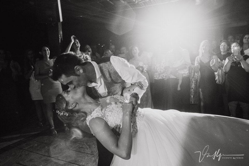 Beso de los novios en los Aperos al terminar el baile