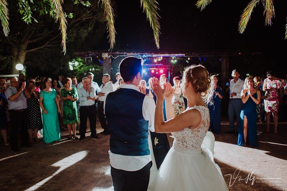 Novios aplaudiendo a los invitados y cerrando la boda en los Aperos en Navalmoral de la Mata